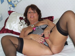 Curvy British housewife gets upto no good